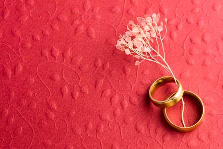Elegante fondo rojo de la boda - Dos anillos de boda en la textura en relieve, copia espacio para el texto Foto de archivo - 67950114