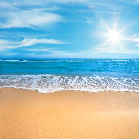 Paradise Sea of Ocean Sunny Beach met zachte surf van golf en schoon geel zand - Zomer concept achtergrond Stockfoto