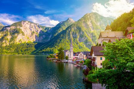 Pintoresca vista de la antigua ciudad europea de Hallstatt, hermoso pueblo en la montaña de los Alpes cerca del lago, Austria, Europa Foto de archivo