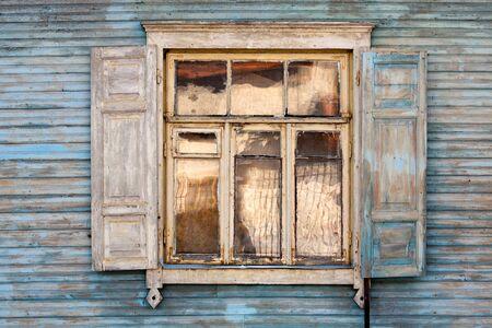 ventana abierta: Ventana antiguo en una pared de madera azul