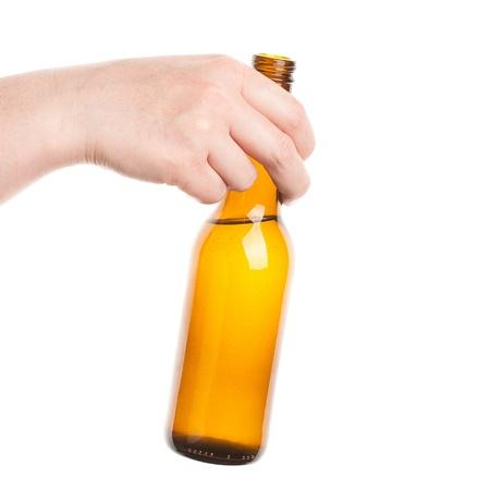 vasos de cerveza: Botella de cerveza en la mano aislados en blanco Foto de archivo