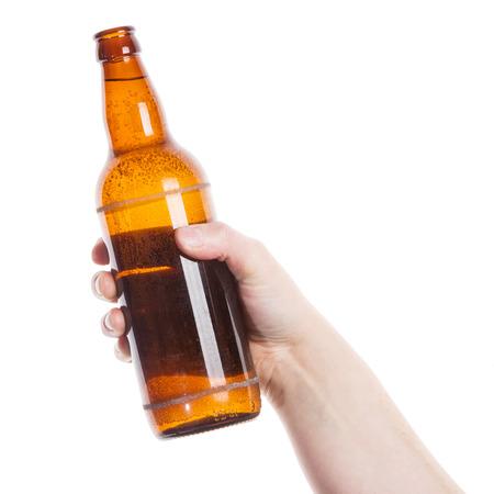 Pivní láhev v ruce izolovaných na bílém