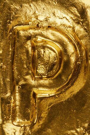 lettre alphabet: Belle lettre main P sur une texture brillante d'or Banque d'images