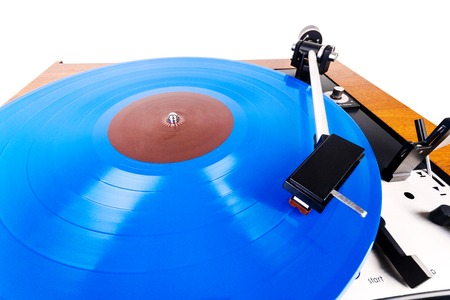 Vintage turntable with a blue vinyl isolated on white. Wooden plinth. Retro audio equipment. Banque d'images