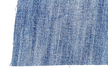 Pezzo di tessuto blu-chiaro dei jeans isolato su fondo bianco. Bordi irregolari ruvidi.