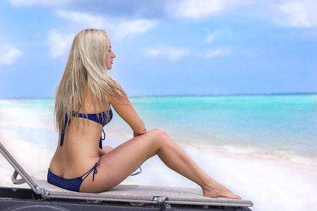 niñas en bikini: Bonita muchacha en la playa del océano - maravillosa mañana con algunas nubes Foto de archivo