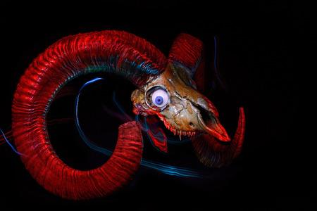 satan: Cráneo de carnero con mal de ojo y los rastros de pintura de luz
