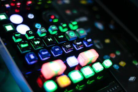 Gekleurde knoppen op het bedieningspaneel - close-up macro-achtergrond
