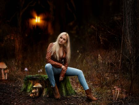 Beautiful blonde woman posing nude outdoor in the forest in the lights of setting sun. Фото со стока - 134726573