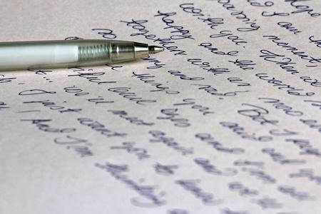 Una carta escrita a mano con una pluma de plata bolígrafo Foto de archivo