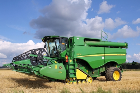 SALO, FINLAND - AUGUST 18, 2012  Modern John Deere combine harvester S670i with 625r header on display at annual event at Puonti field, Salo, Finland August 18, 2012  Stock Photo - 14938980