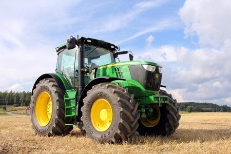 Salo, Finlandia - 18 de agosto, 2012 John Deere 6210R tractor aparece en el campo Puonti en Salo, Finlandia 18 de agosto 2012 Editorial