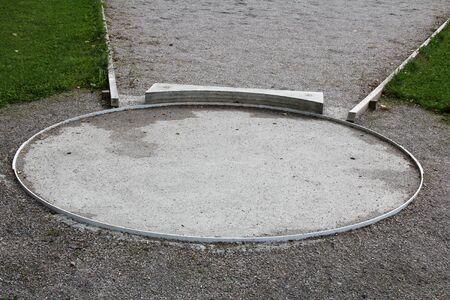 lancio del peso: Lancio del peso cerchio con stopboard vicino.