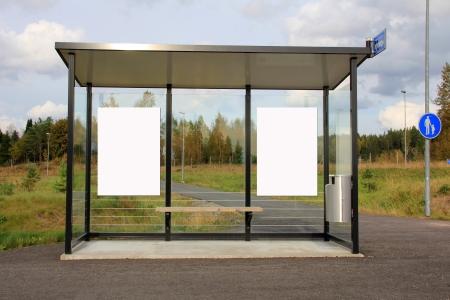 Autobús moderno albergue de frenado con dos carteles en blanco para su anuncio