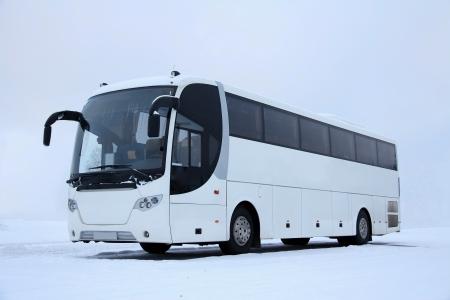 passenger vehicle: Omnibus blanco en invierno la nieve