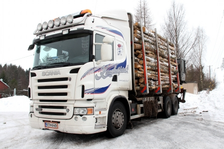 competitividad: Salo, Finlandia - 17 de febrero: el registro de camiones en Salo, Finlandia el 17 de febrero de 2013. Finnish Forest Industries Federation exige disciplina de costes para mantener la competitividad de la industria forestal finlandesa.