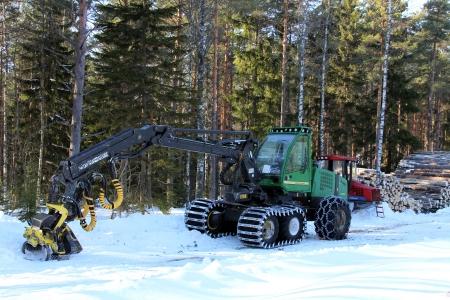 Salo, Finlandia - 03 de marzo 2013 Bosque cosechadora y tractor de arrastre por la tala sitio en Salo, Finlandia 3 de marzo de 2013 La UE Timber EUTR Reglamento que prohíbe la madera ilegal en la UE entró en vigor el 03 de marzo 2013
