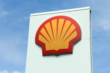 Salo, Finlandia - 1 de junio de 2013: Un Logo de Shell en una estación de servicio en Salo, Finlandia el 1 de junio de 2013. Shell es un grupo global de compañías de energía y petroquímica, con alrededor de 87.000 empleados en más de 70 países y territorios (2012). Editorial