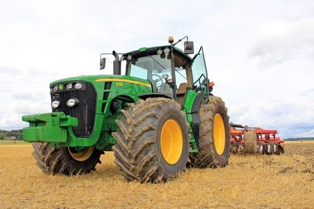 Salo, Finlandia - 10 de agosto John Deere 8430 Tractor Agrícola y Vaderstad Cultivador muestra en la Puontin Peltopaivat Agricultural Show anual en Salo, Finlandia el 10 de agosto 2013