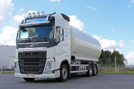 LIETO, FINLANDIA - 31 DE AGOSTO Volvo FH camión de transporte de alimentos el 31 de agosto de 2013 en Lieto, Finlandia Según Volvo Group, un tercio de todo el tráfico de mercancías en las carreteras europeas implica el transporte de alimentos