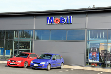 auto repair shop: FORSSA, FINLAND - OCTOBER 13  Sign Mobil and two cars on October 13, 2013 in Forssa, Finland  Mobil is a brand name within ExxonMobil, worlds largest publicly traded international oil and gas company  Editorial