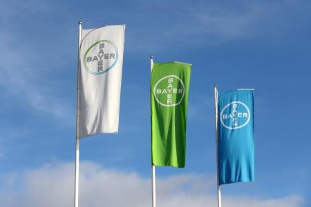 Turku, Finlandia - 12 de octubre 2013 Bayer banderas contra el cielo azul en la planta de Turku Las ventas del producto bestseller planta de Turku, dispositivo intrauterino Mirena, eran ? 680 millones en 2012