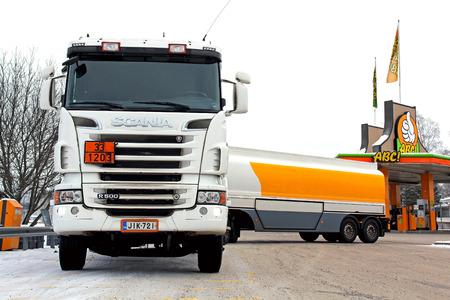 excise: SOMERO, FINLANDIA - 25 gen 2014 Scania R500 camion cisterna scarica carburante presso una stazione di benzina causa delle accise, i prezzi dei carburanti in Finlandia sono in aumento, all'inizio del 2014