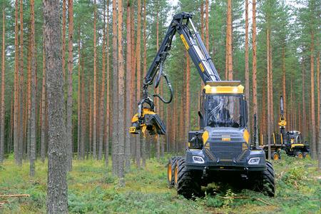 JAMSA, Finlandia - 30 de agosto 2014: Ponsse Harvester Ergo 8W en el trabajo. Ponsse presenta su nuevo modelo de la serie 2015 a FinnMETKO 2014.
