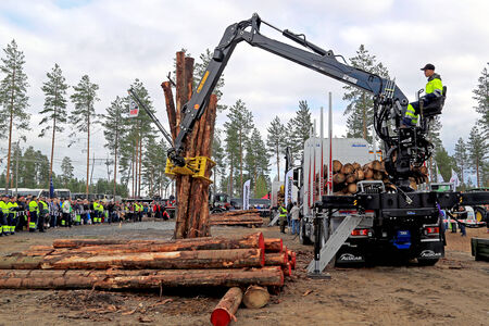 finalistin: Jamsa, Finnland - 29. August 2014: Unbekannte Finalist in den finnischen Meisterschaften in Log Loading 2014 bei FinnMETKO 2014 statt.
