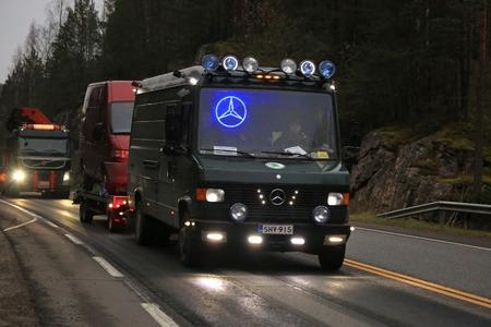 increasingly: SALO, Finlandia - 25 Ottobre 2014: Classic van Mercedes-Benz con luci led traina un altro furgone. Styling di veicoli con le luci principali � diventato sempre pi� popolare in Finlandia.