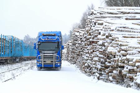 logging railroads: SALO, Finlandia - 22 novembre 2014: blu Scania R580 V8 logging camion alla stazione ferroviaria di Sal�. Circa il 25% del legname finlandese � trasportato a stazioni ferroviarie e caricato su carri da camion.