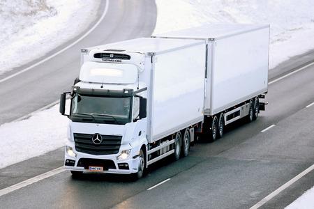 Salo, Finlandia - 23 de noviembre 2014: camiones con temperatura controlada Mercedes-Benz Actros en la autopista. Camiones refrigerados pueden transportar una variedad de productos que requieren un manejo de clima controlado. Editorial