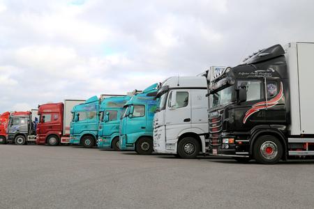 Naantali, Finlandia - 11 de octubre 2014: La fila de camiones de remolque en un patio. Según Estadística Finlandia, un total de 67 millones de toneladas de mercancías fueron transportadas por los camiones en el segundo trimestre de 2014.