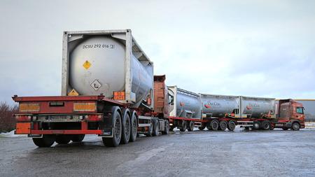 살로은, 핀란드 - 년 1 월 17, 2015 두 탱크 트럭 가연성 물품을 운반. ADR 라벨 50-1495는 염소산 나트륨을 의미합니다. 에디토리얼