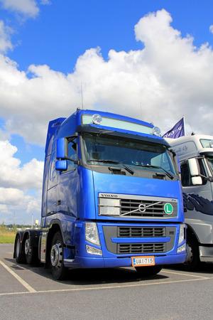 mk: LIETO, Finlandia - 31 de agosto 2013: Azul Volvo FH 480 cami�n estacionado. La unidad tractora pertenece a la segunda versi�n mejorada de Volvo FH y FH16 Mc. II, fabricado entre 2008 y 2012.