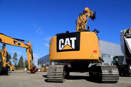 koty: Lieto, Finlandia - 21 marca 2015: Kot 320E Koparka hydrauliczna na podwórku. Koparki Cat serii 300 zostały po raz pierwszy wprowadzone w 1990 roku. Publikacyjne