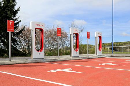 Paimio FINLANDIA 14 de mayo 2015: Recientemente inaugurado estación Tesla Supercharger en Paimio. El costo de usar el cargador ha sido cubierto con la compra del coche. Editorial