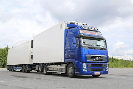 Hirvaskangas, Finlandia - 20 de junio 2015: Azul Volvo FH camión estacionado temperatura controlada. Camiones refrigerados pueden transportar una variedad de productos que requieren un manejo de clima controlado.