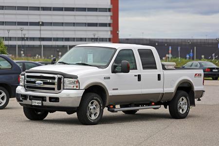 Salo, Finlandia - 01 de agosto 2015: Ford Super Duty F-250 camioneta estacionada. La Ford Super Duty es una línea de camiones que fueron lanzados por Ford a principios de 1998. Editorial