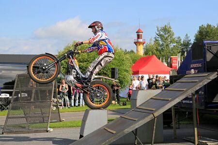 super cross: Alahärmä, FINLANDIA - AGOSTO 8, 2015: El ex campeón del mundo de trial piloto finlandés Tommi Ahvala da una Stunt Show Supertrial el Poder Camión Mostrar 2015. Editorial