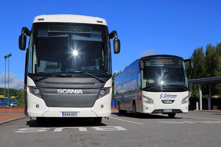 servicios publicos: Salo, Finlandia - 29 de agosto, 2015: Blanca Scania Touring y autocares VDL Futura en la parada de autobús en Salo. El Scania Touring es un entrenador de turista con el chino-construir Higer carrocería.