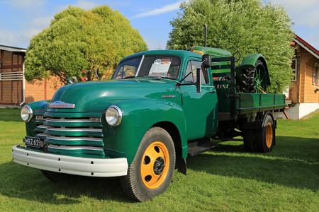 camioneta pick up: Alah�rm�, Finlandia - 08 de agosto 2015: Classic Chevrolet 6400 a�os Pickup 1952 y Oliver Est�ndar 70 Agr�cola Tractor a�o 1938 en Energ�a Cami�n Mostrar 2.015. Editorial
