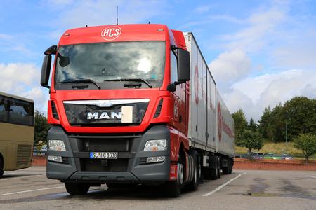 uomo rosso: SALO, Finlandia - 5 SETTEMBRE 2015: Red MAN TGX 26.480 camion e piena roulotte parcheggiata a Sal�. MAN Truck and Bus festeggia 100 anni nel 2015.