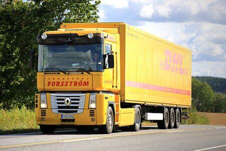 magnum: SALO, Finlande - 30 ao�t 2015: Yellow Renaut Magnum camion semi sur la route. Renault Magnum a �t� fabriqu� en 1990 � 2013 et il a re�u l'International Truck of the Year en 1991.