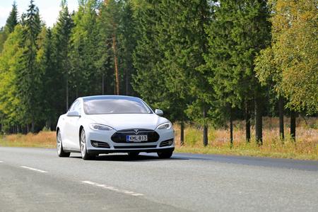 Humppila, FINLANDIA - 12 de septiembre, 2015: coche eléctrico Tesla Model S en el camino. Tecnología de piloto automático de Tesla está cerca de conseguir una actualización de clave.