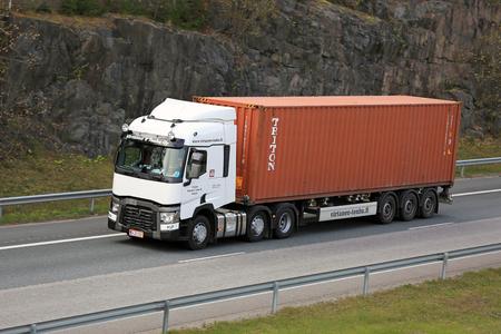 Riihimaki, Finlandia - 10 de octubre, 2015: Blanco Renault Trucks T transporta un contenedor intermodal. Aprox. 90% de todas las mercancías se transportan en contenedores.