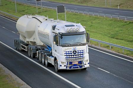 camion: Salo, Finlandia - 02 de octubre 2015: Blanco Mercedes-Benz Arocs 3258L cami�n cisterna de Kuljetus Auvinen en la autopista. Kuljetus Auvinen es un constructor principal de la demostraci�n camiones s�per.