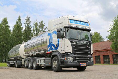 Aanekoski, FINLANDIA - 20 de junio 2015: Scania R730 Euro camión 6 tanque estacionado. Scania celebra campeones de economía de combustible de toda Europa a partir de octubre.