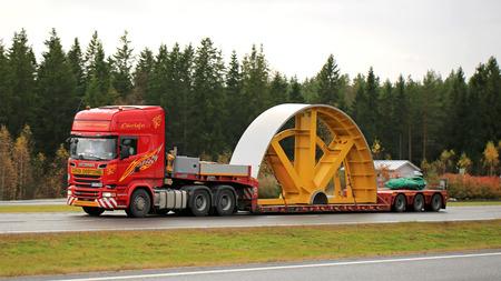 PAIMIO, FINLANDIA - 23 de octubre, 2015: camión Scania R730 arrastra objeto industrial de la carga como excepcionales. Se requiere permiso de transporte especial, si cualquier dimensión del transporte excede los límites de dimensiones libres.