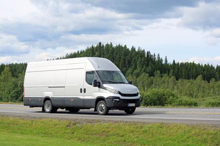 Forssa, Finlandia - 25 de julio, 2015: Nuevo Iveco Daily Van en el camino en el sur de Finlandia. El nuevo Iveco Daily es la Van del Año 2015. Editorial